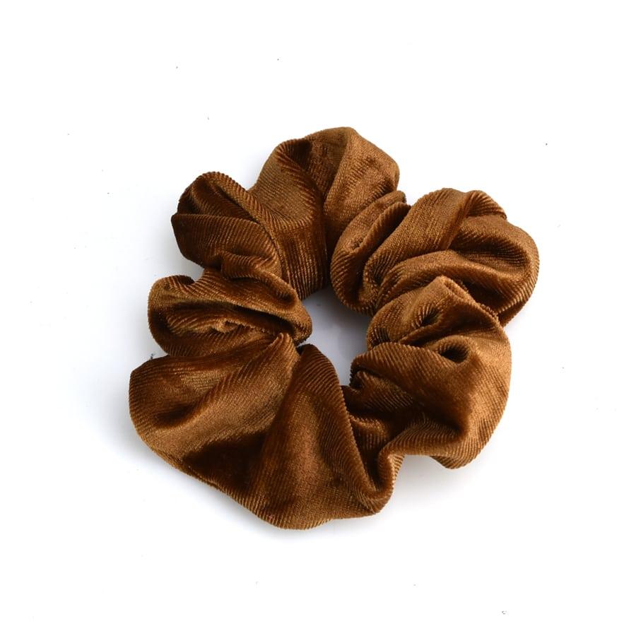 Καφέ βελουδινο λαστιχάκι SCRUNCHIES